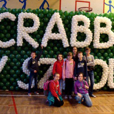 Nasza grupa na tle dekoracji z balonów